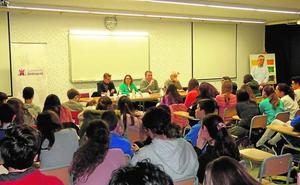 Los alumnos del Jaume I de Ontinyent preguntan por la gestión de la sostenibilidad