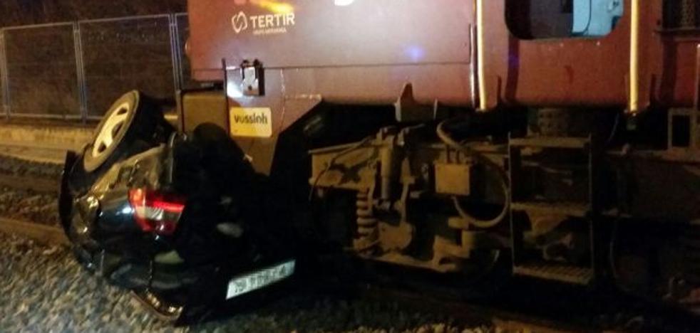 Dos heridos al caer un coche a las vías del tren en Valencia