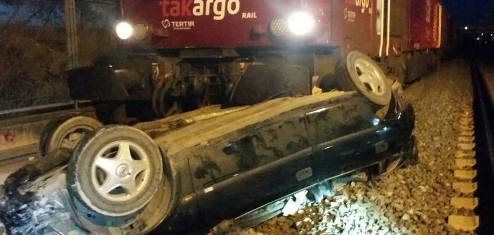 Heridos al caer su turismo a las vías del tren por un puente en Valencia