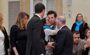 Miles de personas despiden a Gabriel y consuelan a la familia en la capilla ardiente