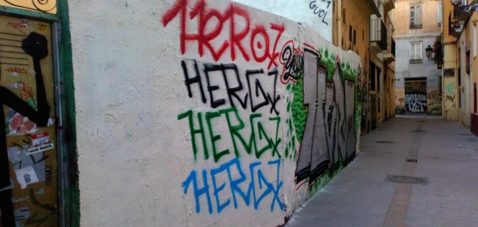 Vecinos del Carmen cargan contra las pintadas en la zona