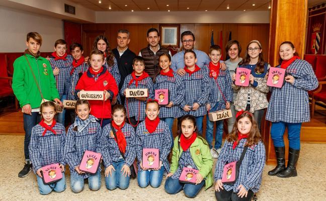 Polémica en Mislata por los regalos del Ayuntamiento: bolsos rosas para las falleras y cajas de petardos para los falleros