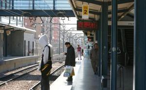 La Policía salva la vida de un hombre que sufre un infarto en el tranvía en Valencia