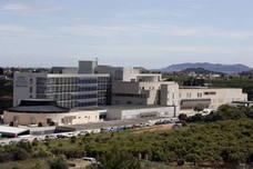 Medio centenar de plazas de médicos de la Ribera, en el aire por la reversión