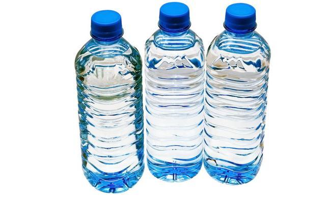 El agua embotellada contiene micropartículas de plástico, según un estudio