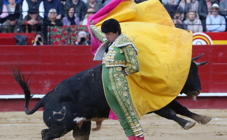 Roca Rey sale a hombros en Valencia en una plaza llena de famosos