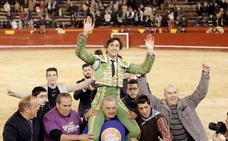 Roca Rey sale a hombros de la plaza de toros de Valencia