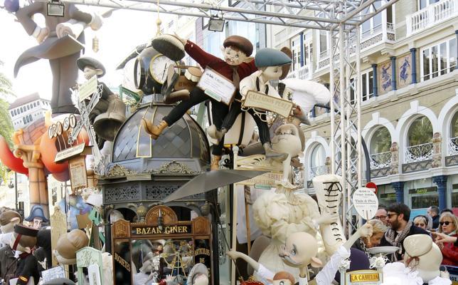 LAS PROVINCIAS premia la tradición de Reina-Paz y El Pilar