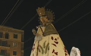 Claveles de color rojo, blanco, rosa y amarillo para el manto de la Virgen