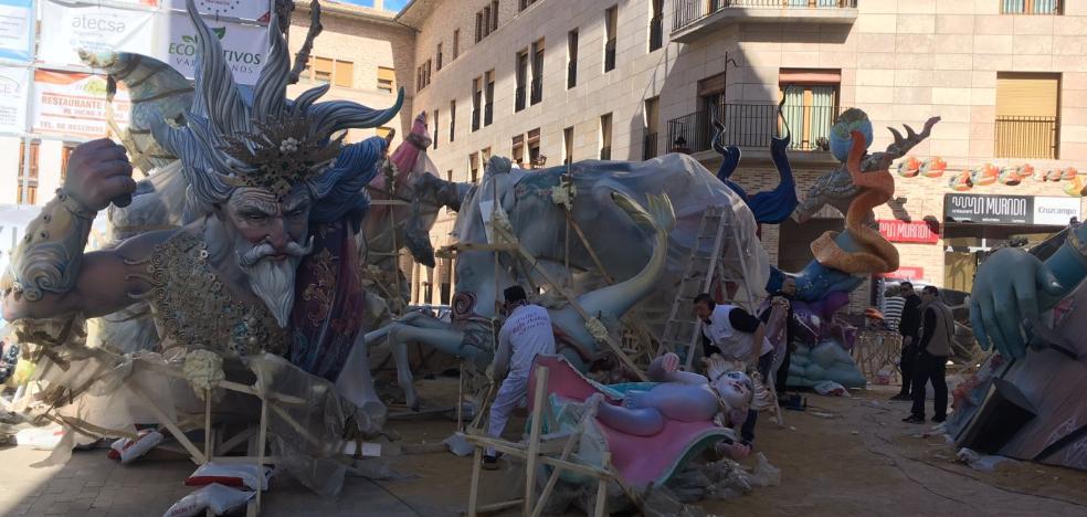 Los artistas falleros rematan los monumentos en Alzira
