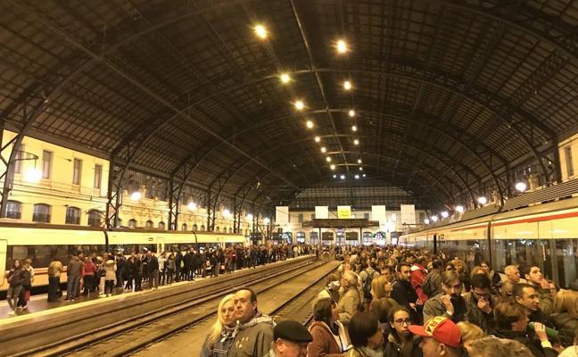 Caos en la EMT y los trenes por la afluencia de visitantes
