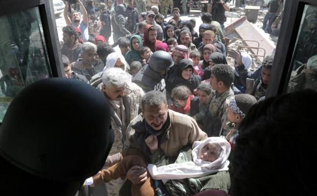 Entre 10.000 y 26.000 civiles abandonan la región siria de Guta Oriental en un solo día