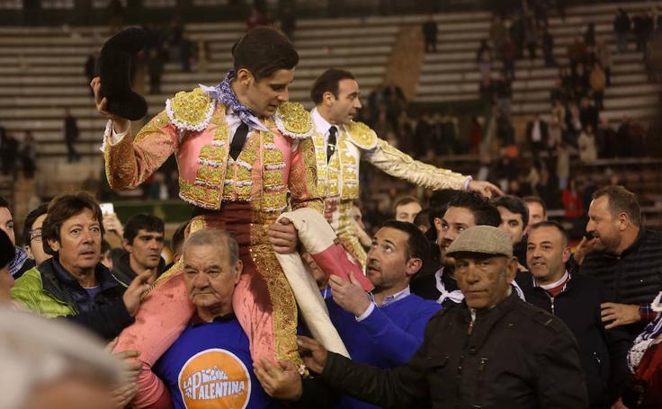 Enrique Ponce y López Simón, salen a hombros de la plaza de Toros de Valencia en las Fallas 2018