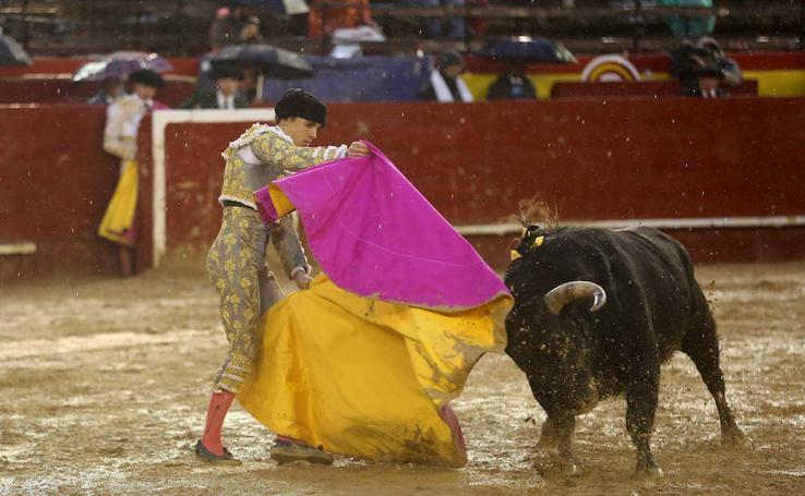 Oreja para Colombo y temple sin premio de Ferrera y Marín bajo un aguacero en la feria de Fallas en Valencia