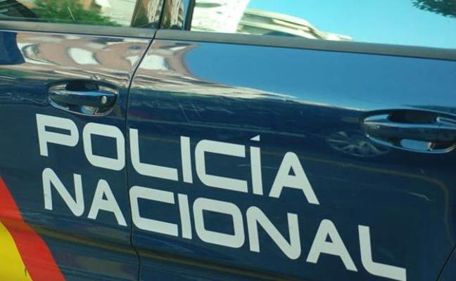 La policía identifica a un sospechoso que lleva un peluche en un carro