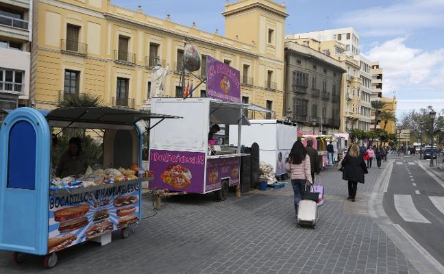 Comerciantes y consumidores redoblan las críticas por venta ilegal y suciedad en Fallas