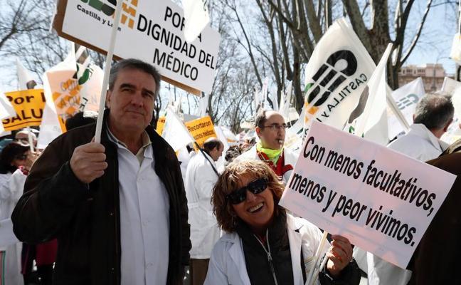 Cientos de médicos se manifiestan en Madrid por todos los derechos perdidos durante la crisis