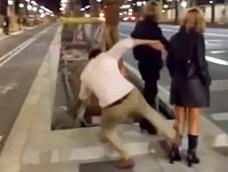 El joven que dio una patada a una mujer en Barcelona, condenado a dos cursos de derechos humanos