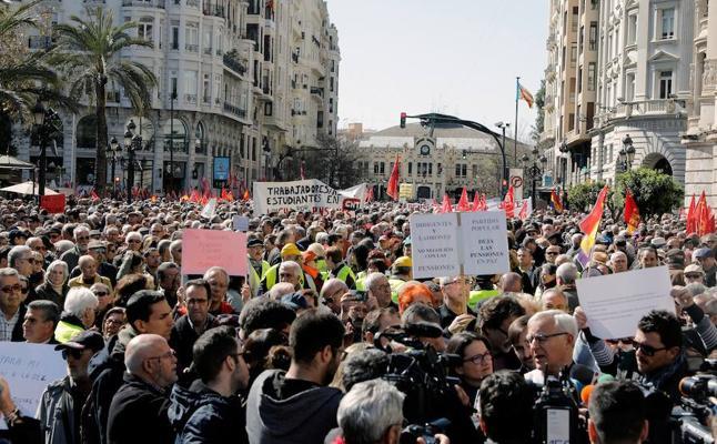 Miles de pensionistas colapsan el centro de Valencia: «Estamos aquí por el futuro de los más jóvenes»