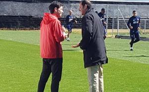 Murthy y Marcelino, conversación a pie de campo