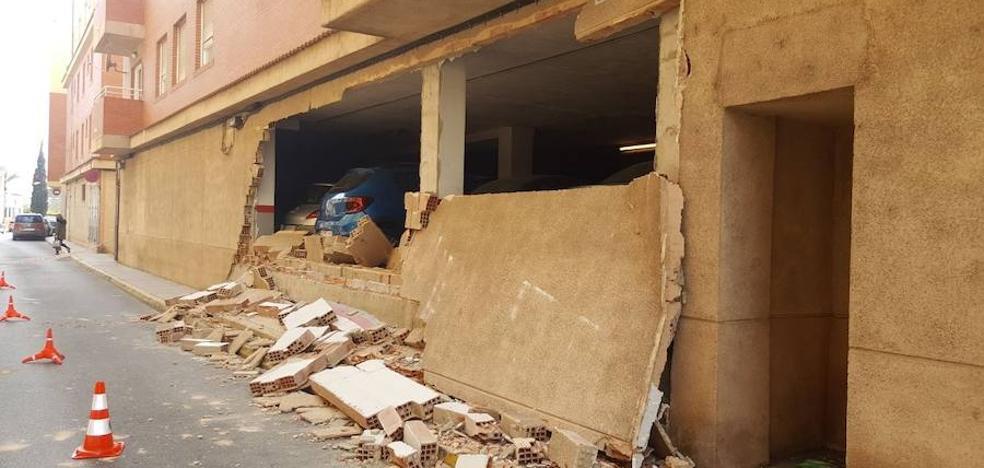 Cinco vehículos afectados por el desprendimiento de 12 metros de muro en un garaje de Alzira