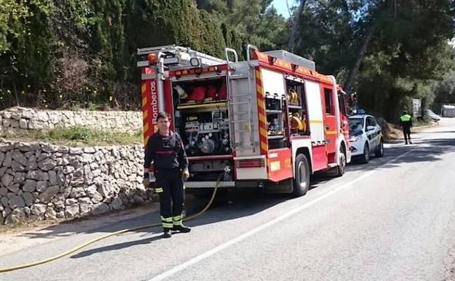 El viento moviliza a toda la unidad de bomberos de Dénia por un incendio de un seto en Xàbia