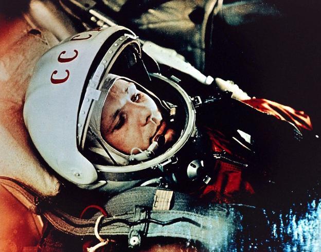 Yuri Gagarin, en la minúscula cápsula en la que fue lanzado al espacio exterior el 12 de abril de 1961. A su regreso era un héroe. / r. c.