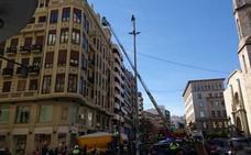 La Policía Nacional salva la vida de un hombre que amenazaba con lanzarse desde un edificio en el centro de Valencia