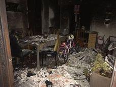 Los bomberos rescatan a una pareja y sus dos hijas pequeñas de su casa en llamas en Valencia