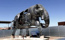 Un elefante de 11 metros vigila ya el Bioparc