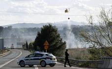 Un incendio en el parquedel Turia obliga a desalojar casas y a cortar la N-220