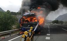 Un autobús se incendia cuando circulaba por la AP-7 en Benissa hacia Valencia