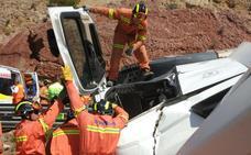 Un camión cargado de cerdos vuelca en la CV-35 y el conductor queda atrapado