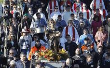 La Santa Faz parte 12 minutos tarde hacia el monasterio acompañada de miles de alicantinos