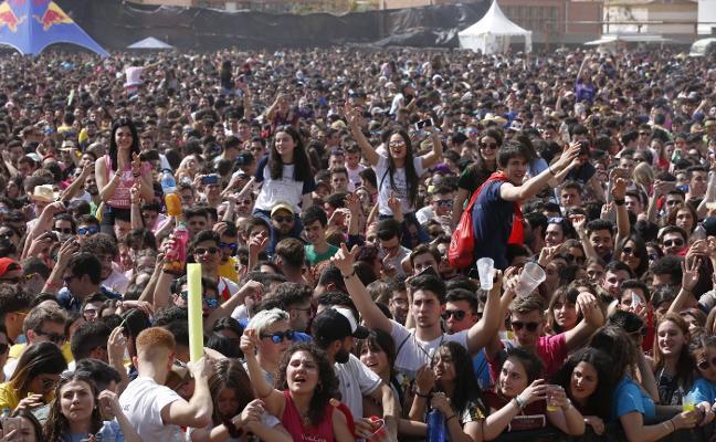 Miles de jóvenes toman Moncada en el Festival de Paellas Universitarias