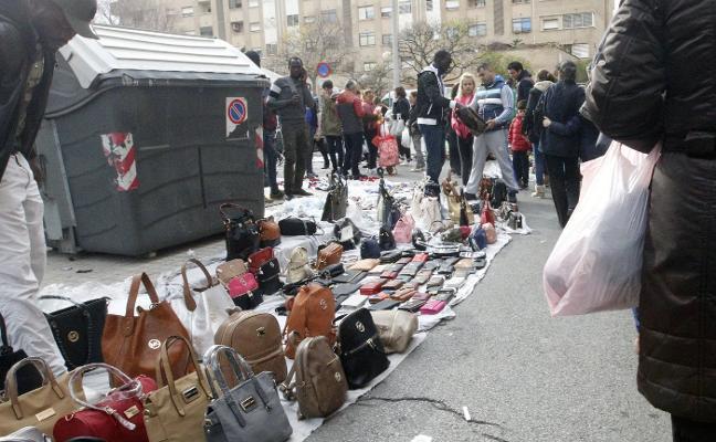 Los comerciantes alertan del efecto llamada por la falta de medidas contra los manteros