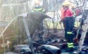 Un incendio calcina dos vehículos y el porche de un chalé en Xàbia
