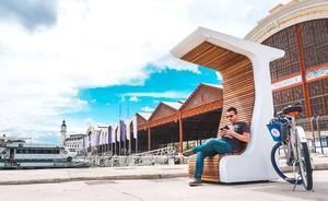 La Marina de Valencia instala un banco solar con wifi gratis