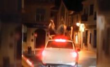 Pillan a dos jóvenes bailando sobre el techo de un coche en marcha en Xàbia
