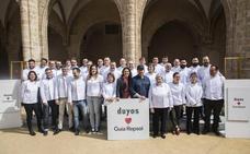 Chefs valencianos con soles Repsol reciben la chaquetilla ignífuga y antimanchas