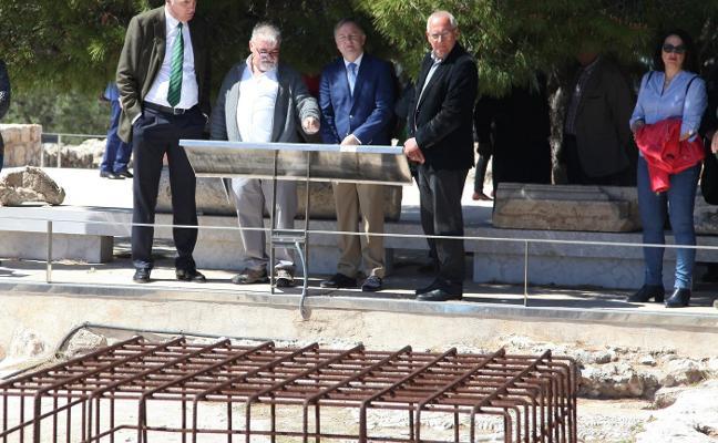 Dénia instala plafones explicativos del castillo sólo en valenciano porque había que «priorizar»