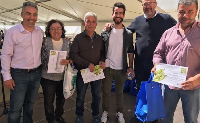 El concejal Toni Colomer gana el premio a la 'fava més llarga' de Benitatxell