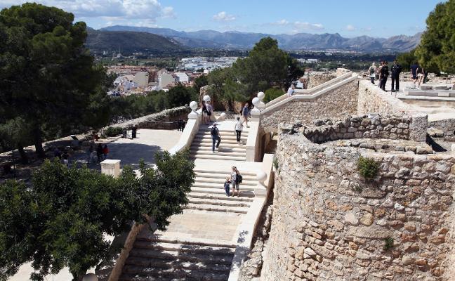 La oposición de Dénia reivindica que los nuevos paneles del castillo no estén sólo en valenciano