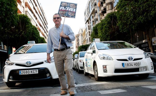 Unos doscientos taxistas protestan por las licencias a las furgonetas de alquiler
