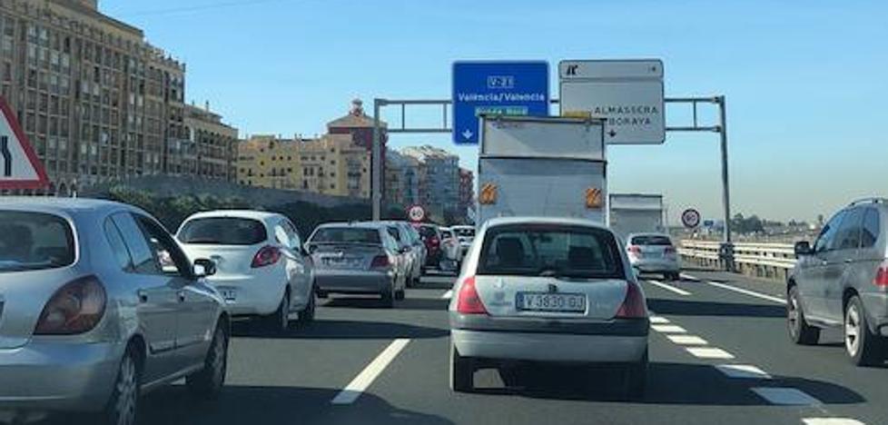 Un accidente en la V-21 provoca un atasco kilométrico en la entrada a Valencia