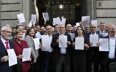 Los alcaldes valencianos se plantan en la puerta del ministro Montoro