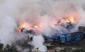 Los bomberos tratan de sofocar un incendio en el vertedero de Teulada