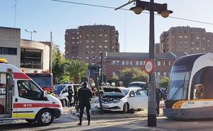 Dos heridos al ser arrollado su coche por un tranvía en el barrio de Benimaclet