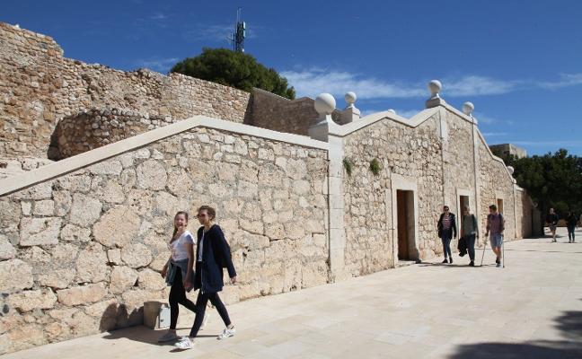 Dénia rechaza poner los paneles del castillo en castellano porque habrá folletos y código QR