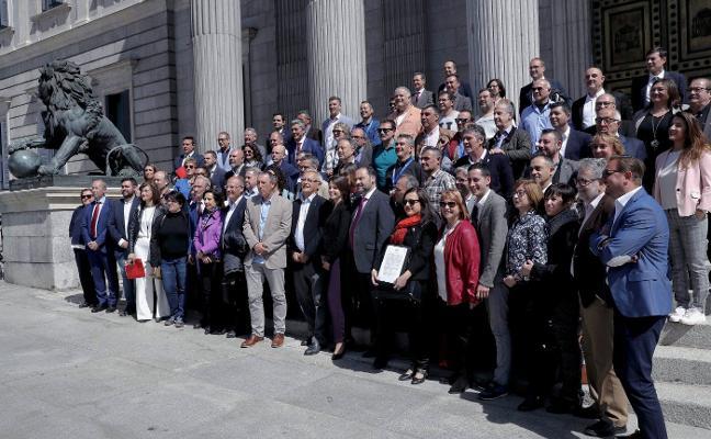 Medio centenar de alcaldes reclaman en Madrid ayudas para el transporte